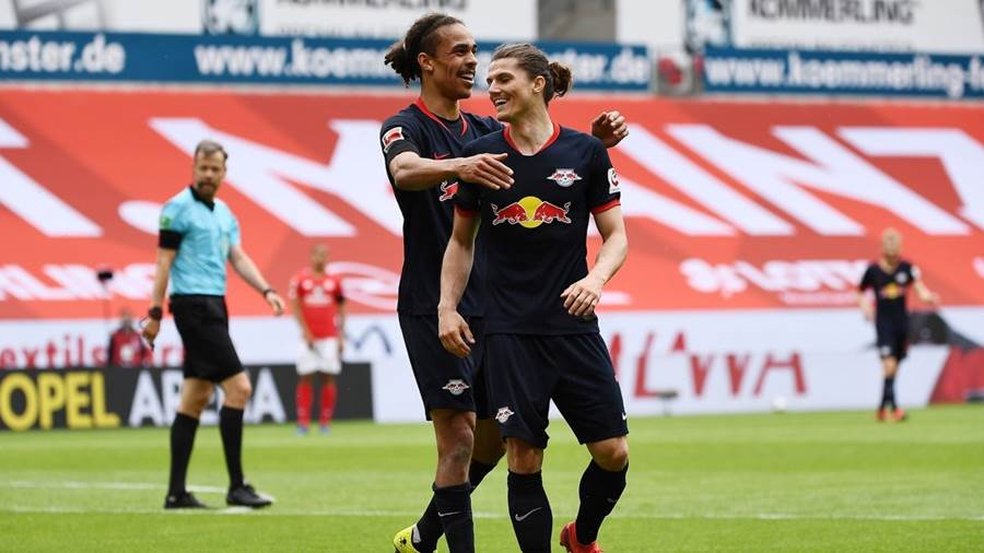 MAINZ,GERMANY,24.MAY.20 - SOCCER - 1. DFL, 1. Deutsche Bundesliga, 1. FSV Mainz 05 vs RasenBallsport Leipzig. Image shows the rejoicing of Yussuf Poulsen and Marcel Sabitzer (RB Leipzig). Photo: GEPA pictures/ Patrick Schreiber/Jan Huebner/ POOL via Picture Point - ATTENTION - DFL regulations prohibit any use of photographs as image sequences and/or quasi-video - Editorial Use ONLY - For editorial use only. Image is free of charge.