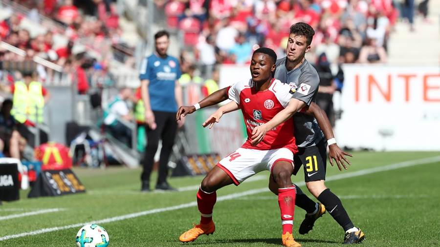 MAINZ,GERMANY,29.APR.18 - SOCCER - 1. DFL, 1. Deutsche Bundesliga, 1. FSV Mainz 05 vs RasenBallsport Leipzig. Image shows Ridle Baku (Mainz) and Diego Demme (RB Leipzig). Photo: GEPA pictures/ Roger Petzsche - For editorial use only. Image is free of charge.