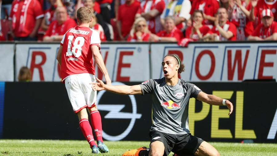 MAINZ,GERMANY,29.APR.18 - SOCCER - 1. DFL, 1. Deutsche Bundesliga, 1. FSV Mainz 05 vs RasenBallsport Leipzig. Image shows Yussuf Poulsen (RB Leipzig) and Daniel Brosinski (Mainz). Photo: GEPA pictures/ Roger Petzsche - For editorial use only. Image is free of charge.