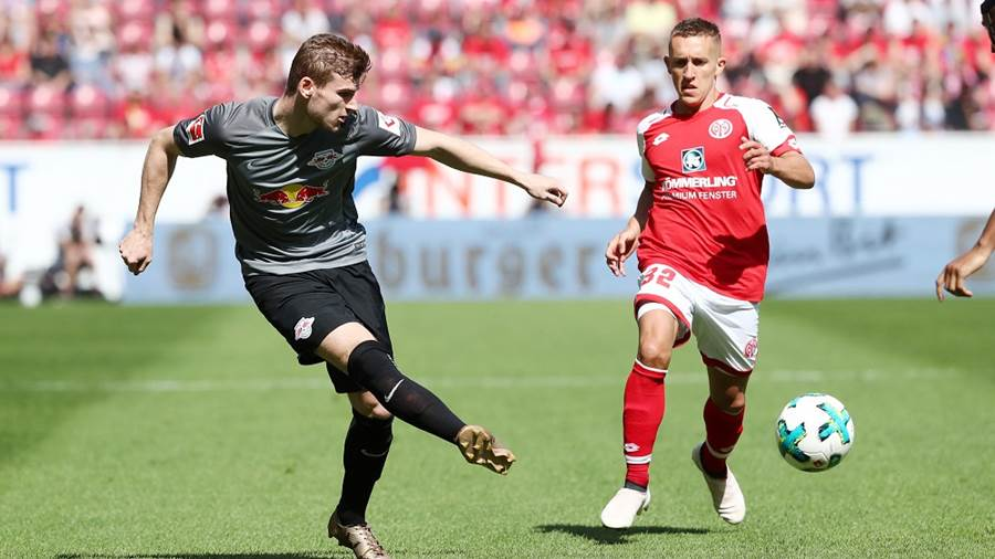 MAINZ,GERMANY,29.APR.18 - SOCCER - 1. DFL, 1. Deutsche Bundesliga, 1. FSV Mainz 05 vs RasenBallsport Leipzig. Image shows Timo Werner (RB Leipzig) and Pablo de Blasis (Mainz). Photo: GEPA pictures/ Roger Petzsche - For editorial use only. Image is free of charge.