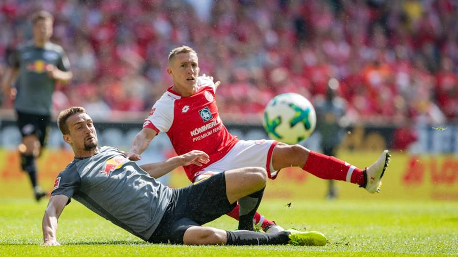 MAINZ, GERMANY - APRIL 29: Pablo De Blasis of Mainz is challenged by Stefan Ilsanker of Leipzig during the Bundesliga match between 1. FSV Mainz 05 and RB Leipzig at Opel Arena on April 28, 2018 in Mainz, Germany. (Photo by Simon Hofmann/Bongarts/Getty Images)
