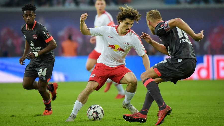Marcel Sabitzer (RB 7) gegen Hanno Behrens (FCN 18) beim Spiel RasenBallsport Leipzig (RB) vs 1. FC Nürnberg / Nuernberg (FCN), Fussball, 1.Liga, 07.10.2018