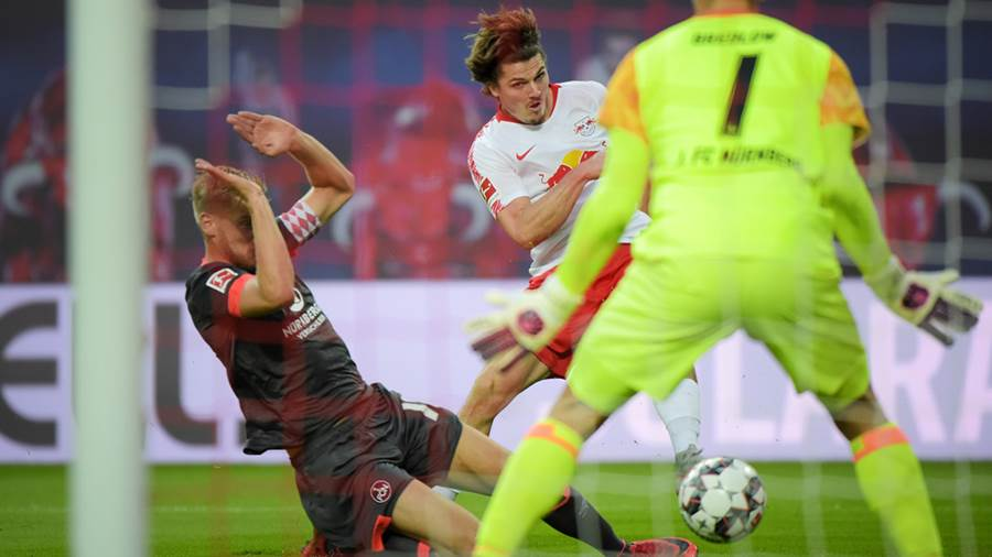 Marcel Sabitzer (RB 7) mit dem Schuss zum 3:0 Tor beim Spiel RasenBallsport Leipzig (RB) vs 1. FC Nürnberg / Nuernberg (FCN), Fussball, 1.Liga, 07.10.2018
