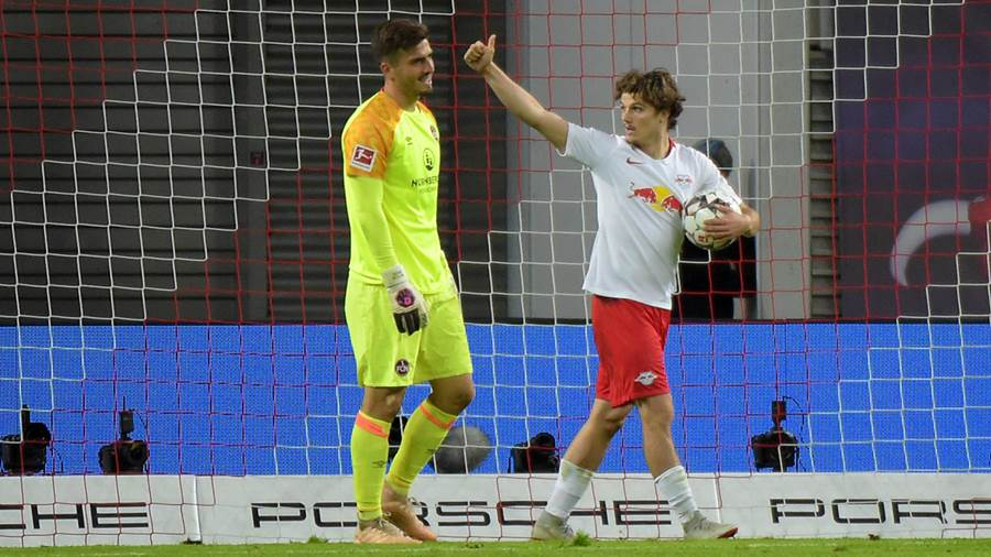 Marcel Sabitzer (RB 7) und FCN Torwart Fabian Bredlow nach dem 6:0 Tor beim Spiel RasenBallsport Leipzig (RB) vs 1. FC Nürnberg / Nuernberg (FCN), Fussball, 1.Liga, 07.10.2018