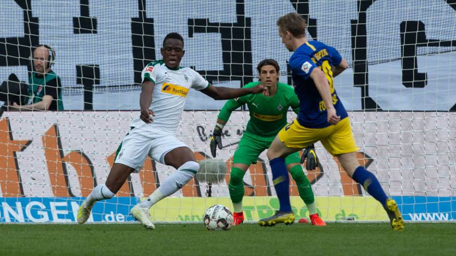 MOENCHENGLADBACH, GERMANY - APRIL 20: Denis Zakaria of Moenchengladbach (L) and Emil Forsberg of Leipzig compete during the Bundesliga match between Borussia Moenchengladbach and RB Leipzig at Borussia-Park on April 20, 2019 in Moenchengladbach, Germany. (Photo by Juergen Schwarz/Bongarts/Getty Images)