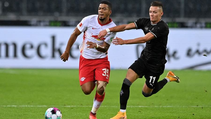 MOENCHENGLADBACH, GERMANY - OCTOBER 31: Leipzig's Benjamin Henrichs (L) in action with Moenchengladbach's Hannes Wolf (R) during the Bundesliga match between Borussia Moenchengladbach and RB Leipzig at Borussia-Park on October 31, 2020 in Moenchengladbach, Germany. (Photo by Sascha Steinbach - Pool/Getty Images)