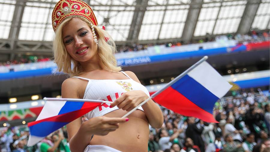 MOSCOW, RUSSIA – JUNE 14, 2018: Russia s fans cheer ahead of the 2018 FIFA World Cup WM Weltmeisterschaft Fussball opening match against Saudi Arabia at Luzhniki Stadium. Sergei Bobylev/TASS PUBLICATIONxINxGERxAUTxONLY TS0841FD