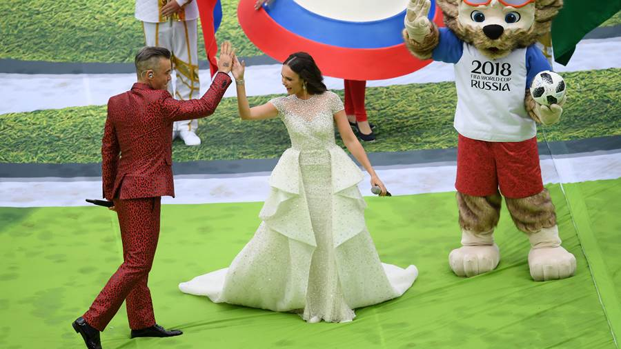 MOSCOW, RUSSIA - JUNE 14:  Robbie Williams and Aida Garifullina perform as Mascot Zabivaka the Wolf looks on during the opening ceremony prior to the 2018 FIFA World Cup Russia Group A match between Russia and Saudi Arabia at Luzhniki Stadium on June 14, 2018 in Moscow, Russia.  (Photo by Shaun Botterill/Getty Images)