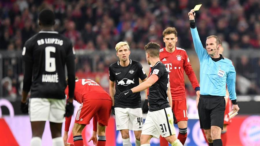 MUNICH, GERMANY - DECEMBER 19: Match Referee Marco Fritz shows a yellow card to Diego Demme of RB Leipzig after a foul on Thiago Alcantara of Bayern Munich during the Bundesliga match between FC Bayern Muenchen and RB Leipzig at Allianz Arena on December 19, 2018 in Munich, Germany.  (Photo by Sebastian Widmann/Bongarts/Getty Images)