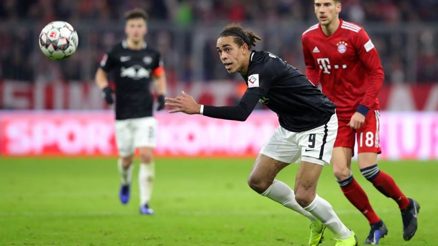 MUNICH, GERMANY - DECEMBER 19:  Yussuf Poulsen of RB Leipzig chases the ball under pressure from Leon Goretzka of Bayern Munich during the Bundesliga match between FC Bayern Muenchen and RB Leipzig at Allianz Arena on December 19, 2018 in Munich, Germany.  (Photo by Alexander Hassenstein/Bongarts/Getty Images)