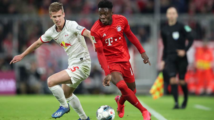 MUNICH, GERMANY - FEBRUARY 09: Alphonso Davies of Bayern Munich is challenged by Dani Olmo of RB Leipzig during the Bundesliga match between FC Bayern Muenchen and RB Leipzig at Allianz Arena on February 09, 2020 in Munich, Germany. (Photo by Christian Kaspar-Bartke/Bongarts/Getty Images)