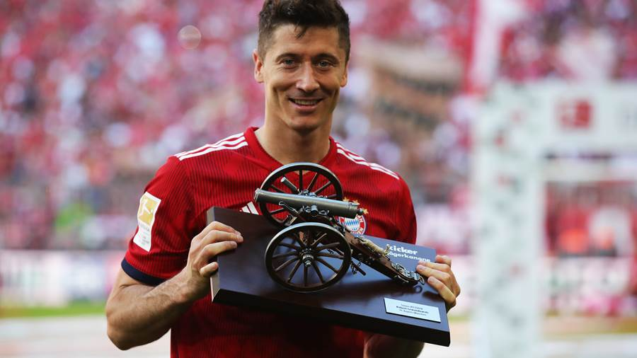 MUNICH, GERMANY - MAY 12:  Robert Lewandowski of Bayern Muenchen celebrates with the award for top goal scorer in the Bundesliga during the Bundesliga match between FC Bayern Muenchen and VfB Stuttgart at Allianz Arena on May 12, 2018 in Munich, Germany.  (Photo by Alexander Hassenstein/Bongarts/Getty Images)