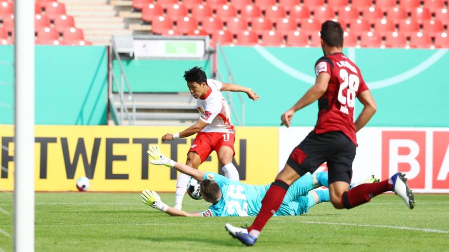 Nuernberg, 12.09.2020, Max-Morlock-Stadion, Fussball, DFB Pokal, 1.Runde ,  1.FC Nürnberg vs. RB Leipzig ,  Im Bild v.l.: Hee-Chang Wang (11, RB Leipzig), Torwart Christian Mathenia (26, Nürnberg) und Lukas Mühl (28, Nürnberg). ,  DFB regulations prohibit any use of photographs as image sequences and/or quasi-video. ,  Foto: PICTURE POINT / Roger Petzsche ,  VERÖFFENTLICHUNG IST HONORARPFLICHTIG, zuzügl. MWST. ,  IBAN: DE46 8609 5604 0307 2390 00, Volksbank Leipzig ,  Es gelten die AGB der Fotoagentur Picture Point.