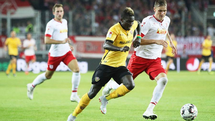 REGENSBURG, GERMANY - SEPTEMBER 14:  Moussa Kone of Dynamo Dresden is challenged by Jonas Foehrenbach of Jahn Regensburg during the Second Bundesliga match between SSV Jahn Regensburg and SG Dynamo Dresden at Continental Arena on September 14, 2018 in Regensburg, Germany.  (Photo by Adam Pretty/Bongarts/Getty Images)