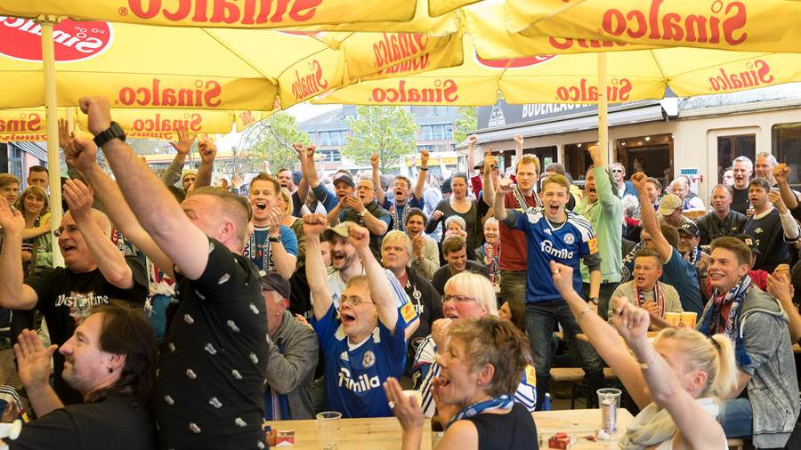 Totale Happiness bei den Holstein-Fans.