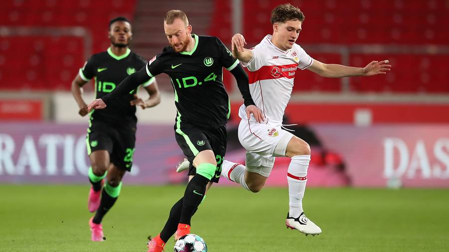 STUTTGART, GERMANY - APRIL 21: Maximilian Arnold of VfL Wolfsburg battles for possession with Mateo Klimowicz of VfB Stuttgart  during the Bundesliga match between VfB Stuttgart and VfL Wolfsburg at Mercedes-Benz Arena on April 21, 2021 in Stuttgart, Germany. Sporting stadiums around Germany remain under strict restrictions due to the Coronavirus Pandemic as Government social distancing laws prohibit fans inside venues resulting in games being played behind closed doors. (Photo by Christian Kaspar-Bartke/Getty Images)