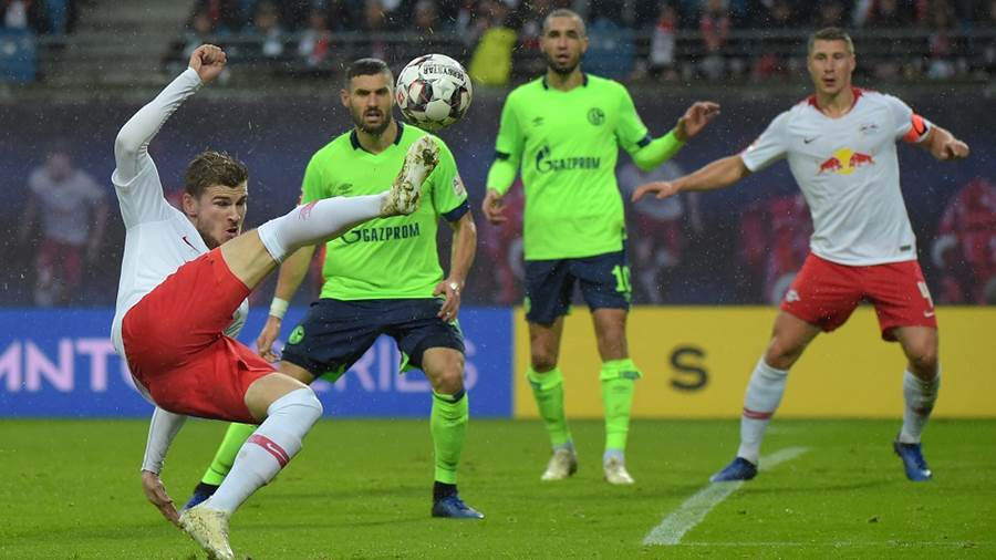 Timo Werner (RB 11) bei einem Seitfallzieher beim Spiel RasenBallsport Leipzig (RB) vs FC Schalke 04, Fussball, 1.Liga, 28.10.2018