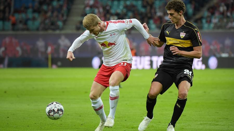 Timo Werner (RB 11) gegen Benjamin Pavard (VfB 21) beim Spiel RasenBallsport Leipzig (RB) vs VfB Stuttgart, Fussball, 1.Liga, 26.09.2018