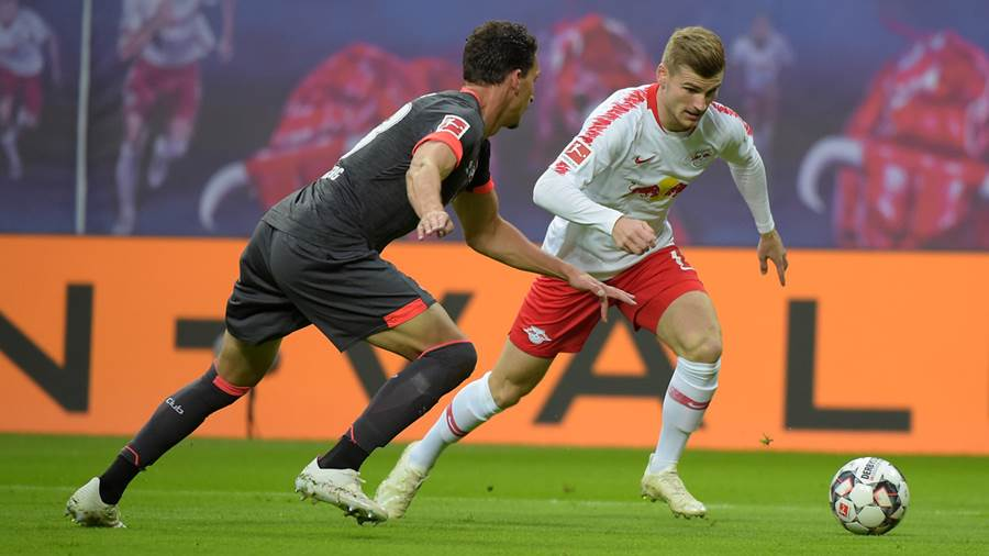 Timo Werner (RB 11) gegen Enrico Valentini (FCN 22) beim Spiel RasenBallsport Leipzig (RB) vs 1. FC Nürnberg / Nuernberg (FCN), Fussball, 1.Liga, 07.10.2018