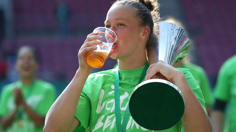 VfL vs Bayern, DFB Pokal Finale Frauen Köln, 19.05.2018, FUßBALL - VfL Wolfsburg vs FC Bayern München, DFB Pokal Finale Frauen, Saison 2017-18. Bild zeigt: Schlussjubel mit DFB Pokal 2018, Torfrau Almuth Schult (VfL Wolfsburg) Köln *** VfL vs Bayern DFB Pokal Final Women Cologne 19 05 2018 FOOTBALL VfL Wolfsburg vs FC Bayern Munich DFB Pokal Final Women Season 2017 18 Image shows final cheering with DFB Cup 2018 goalkeeper Almuth Schult VfL Wolfsburg Cologne