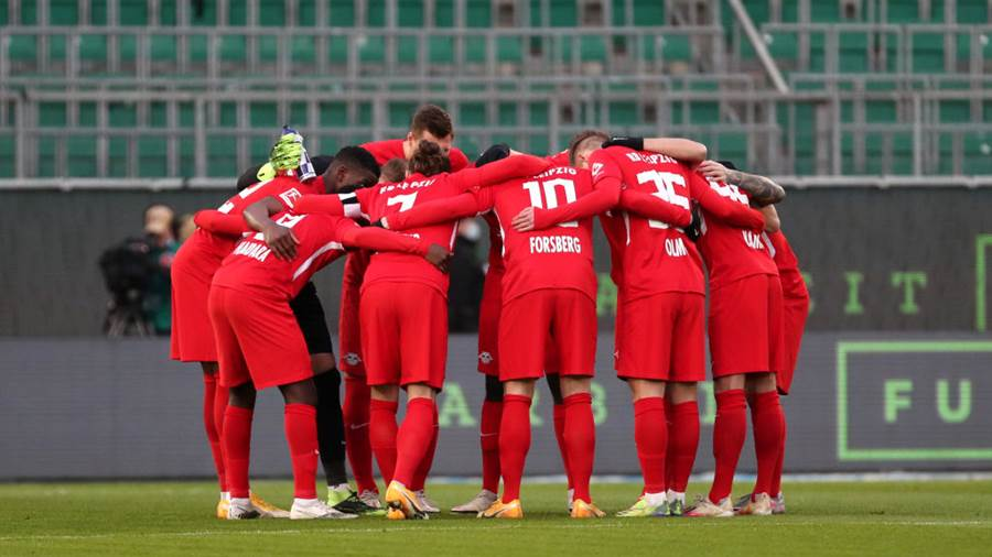 WOLFSBURG, GERMANY - JANUARY 16: RB Leipzig players form a team huddle prior to during the Bundesliga match between VfL Wolfsburg and RB Leipzig at Volkswagen Arena on January 16, 2021 in Wolfsburg, Germany. Sporting stadiums around Germany remain under strict restrictions due to the Coronavirus Pandemic as Government social distancing laws prohibit fans inside venues resulting in games being played behind closed doors. (Photo by Focke Strangmann - Pool/Getty Images)