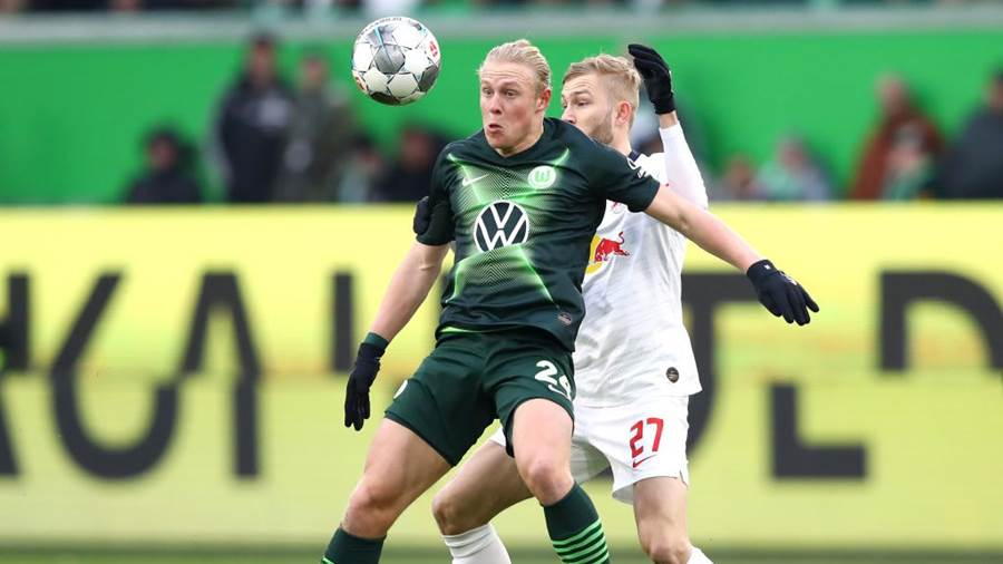 WOLFSBURG, GERMANY - MARCH 07:  Xaver Schlager of VfL Wolfsburg holds off Konrad Laimer of RB Leipzig during the Bundesliga match between VfL Wolfsburg and RB Leipzig at Volkswagen Arena on March 07, 2020 in Wolfsburg, Germany. (Photo by Martin Rose/Bongarts/Getty Images)
