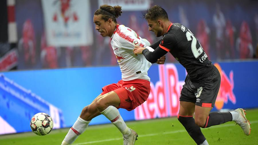 Yussuf Poulsen (RB 9) gegen Tim Leibold (FCN 23) beim Spiel RasenBallsport Leipzig (RB) vs 1. FC Nürnberg / Nuernberg (FCN), Fussball, 1.Liga, 07.10.2018